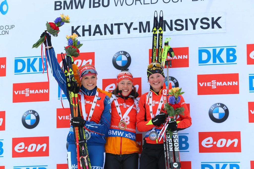Церемония награждения женского масс-старта в Ханты-Мансийске биатлон