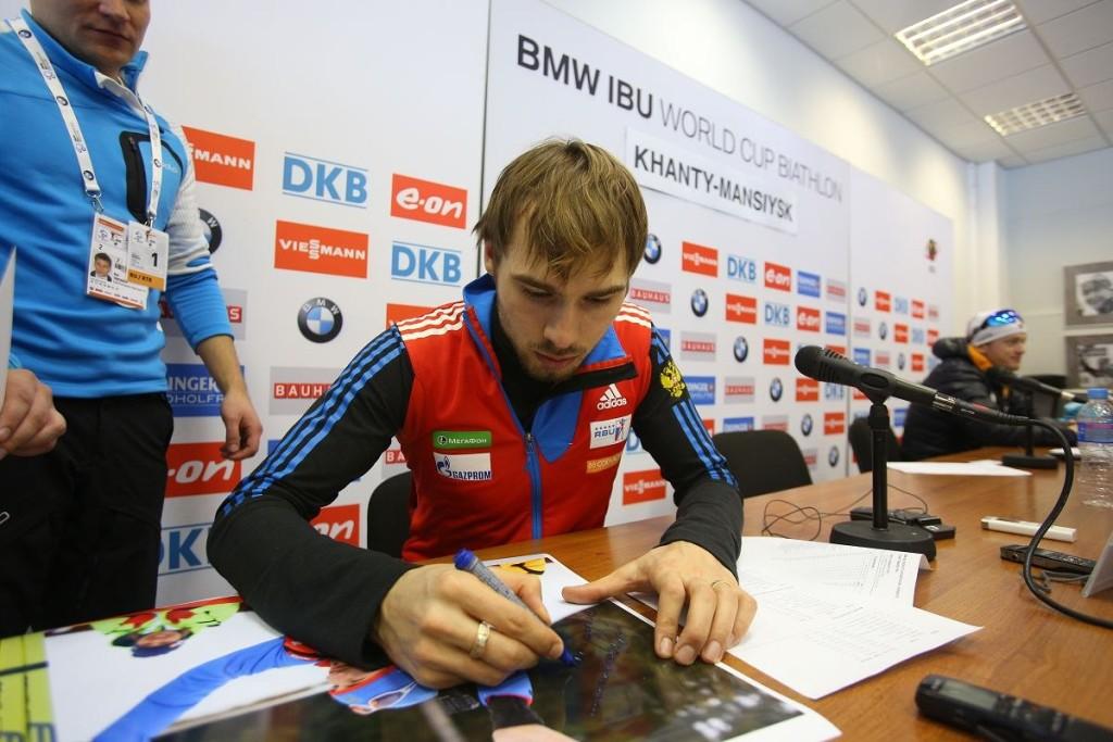 Антон Шипулин дает автограф