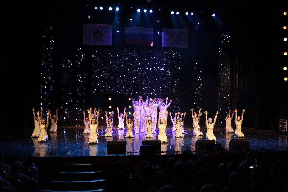 Красочная шоу-программа церемонии закрытия