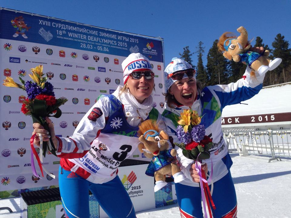 Серебряный призер спринта Любовь Мишарина и победительница гонки Анна Федулова на подиуме