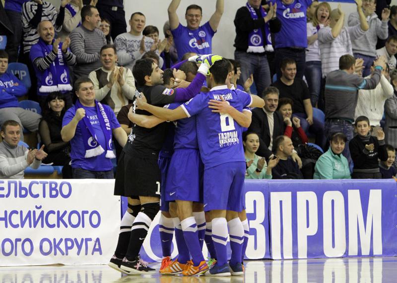 Игроки мини-футбольного клуба Газпром-Югра празднуют взятие ворот.