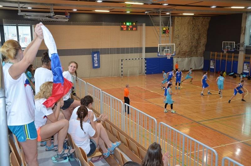 Баскетболистки Сургу поддерживают с трибун наших ребят