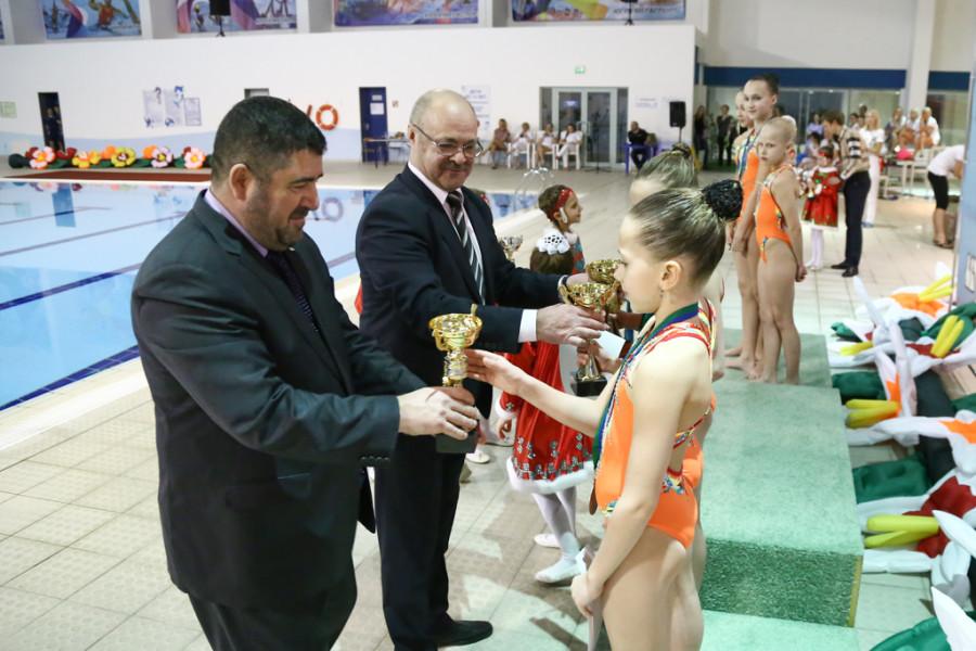 Чиновники награждают спортсменов