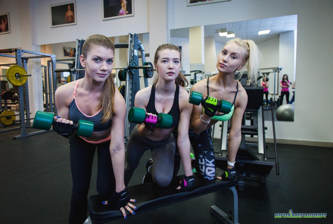 красивые девушки в спортзале