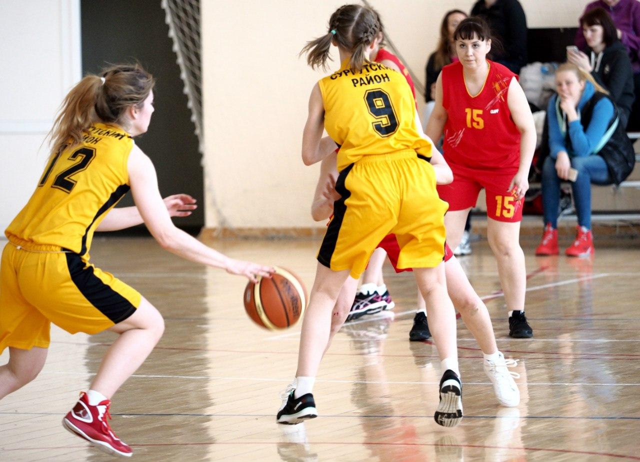 На фото: баскетбольный матч сборной Сургутского района и поселка Высокий.