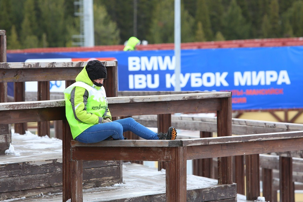 Девушка волонтер на биатлоне в Ханты-Мансийске