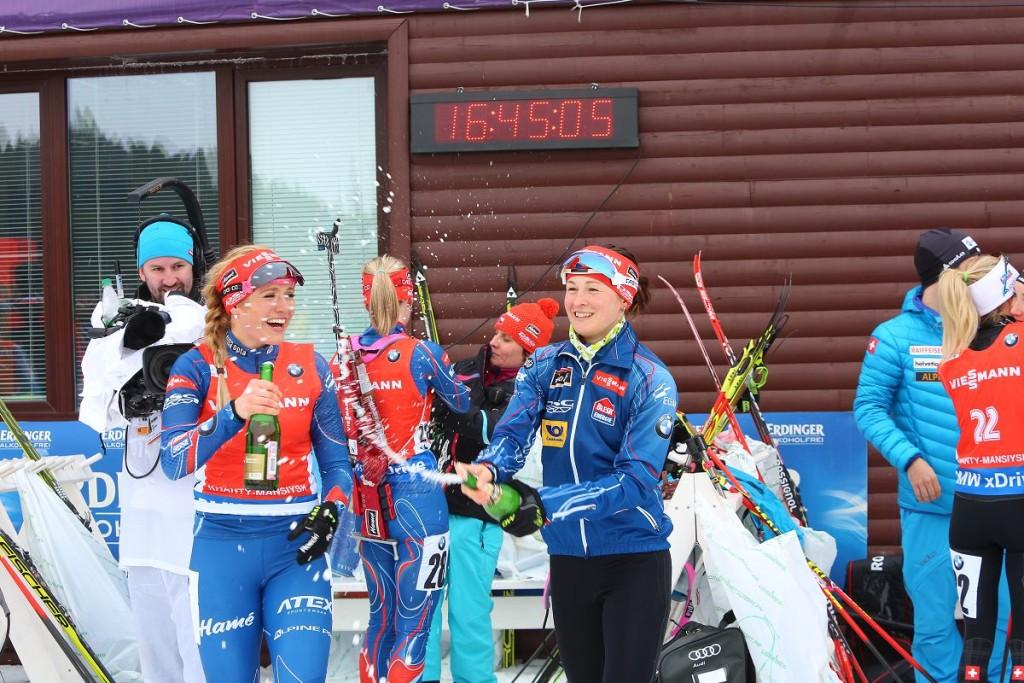 Биатлонистки празднуют успех на этапе кубка мира по биатлону в Ханты-Мансийске