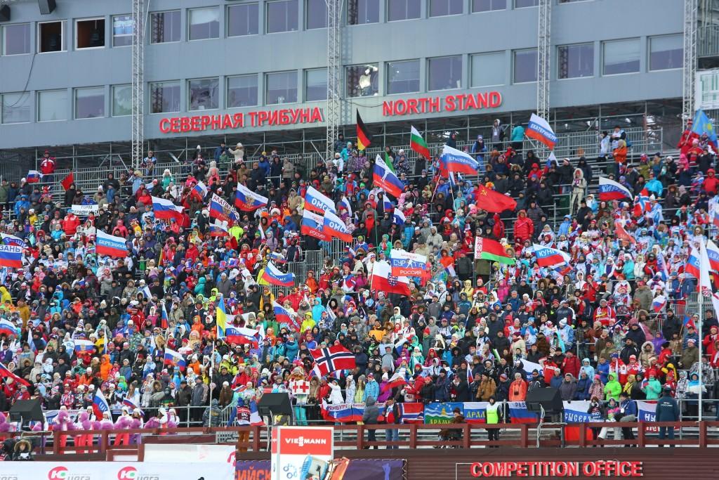Болельщики на трибунах биатлонного центра в Ханты-Мансийске. Панорамное фото.