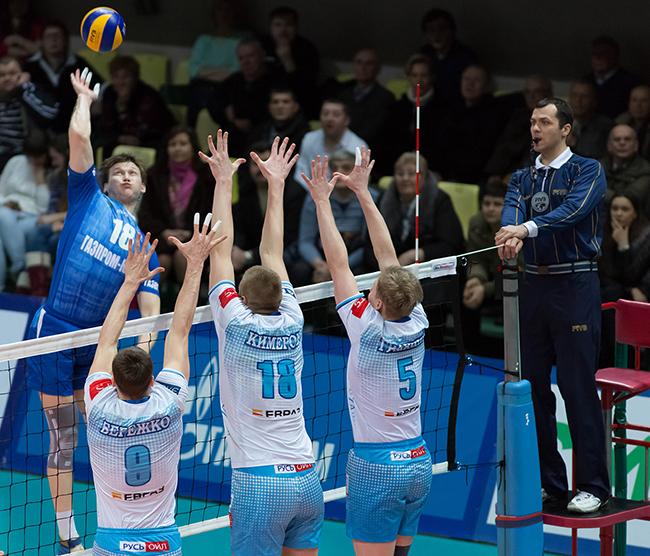 Волейболисты во время блока перед сеткой