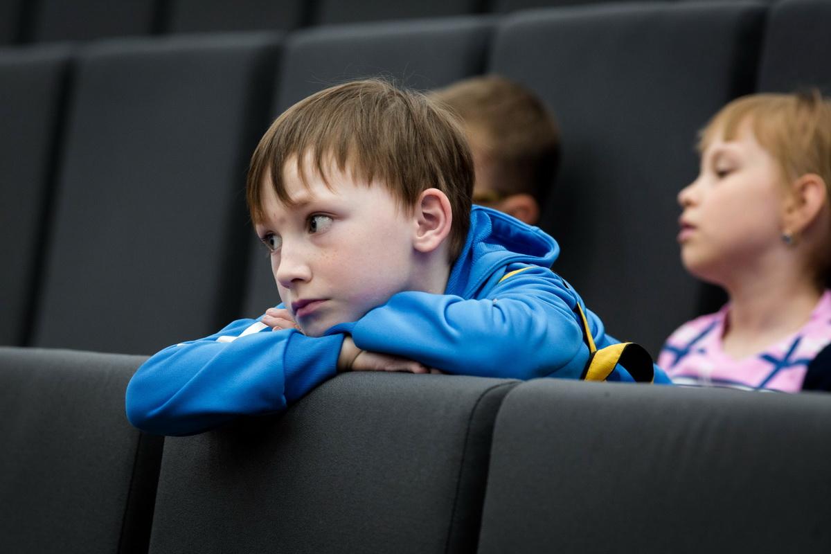 Ребенок смотрит шахматы внимательно