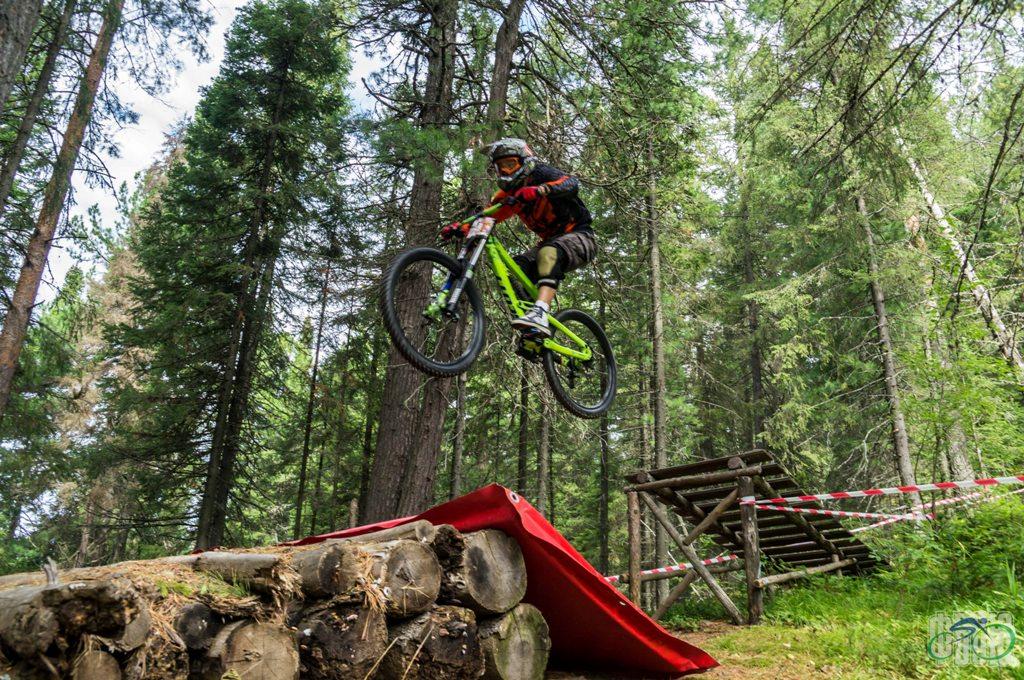 Соревнования по скоростному спуску на велосипедах в Ханты-Мансийске -даунхилл