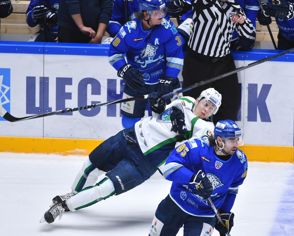 Момент падения хоккеиста