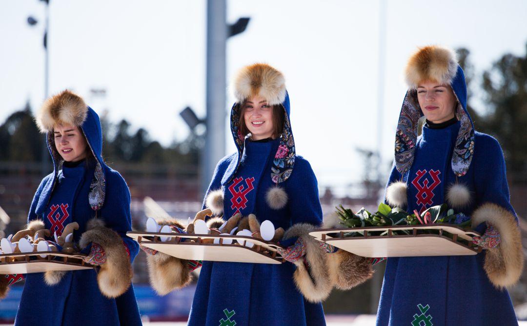 девушки в народных костюмах ханты и манси