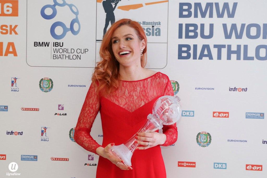 Сексуальная Габриела Соукалова в красном платье