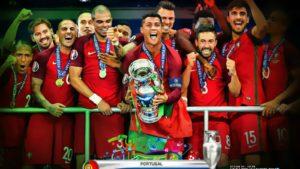 Криштиану Роналду празднует победу на чемпионате Европы по футболу 2016